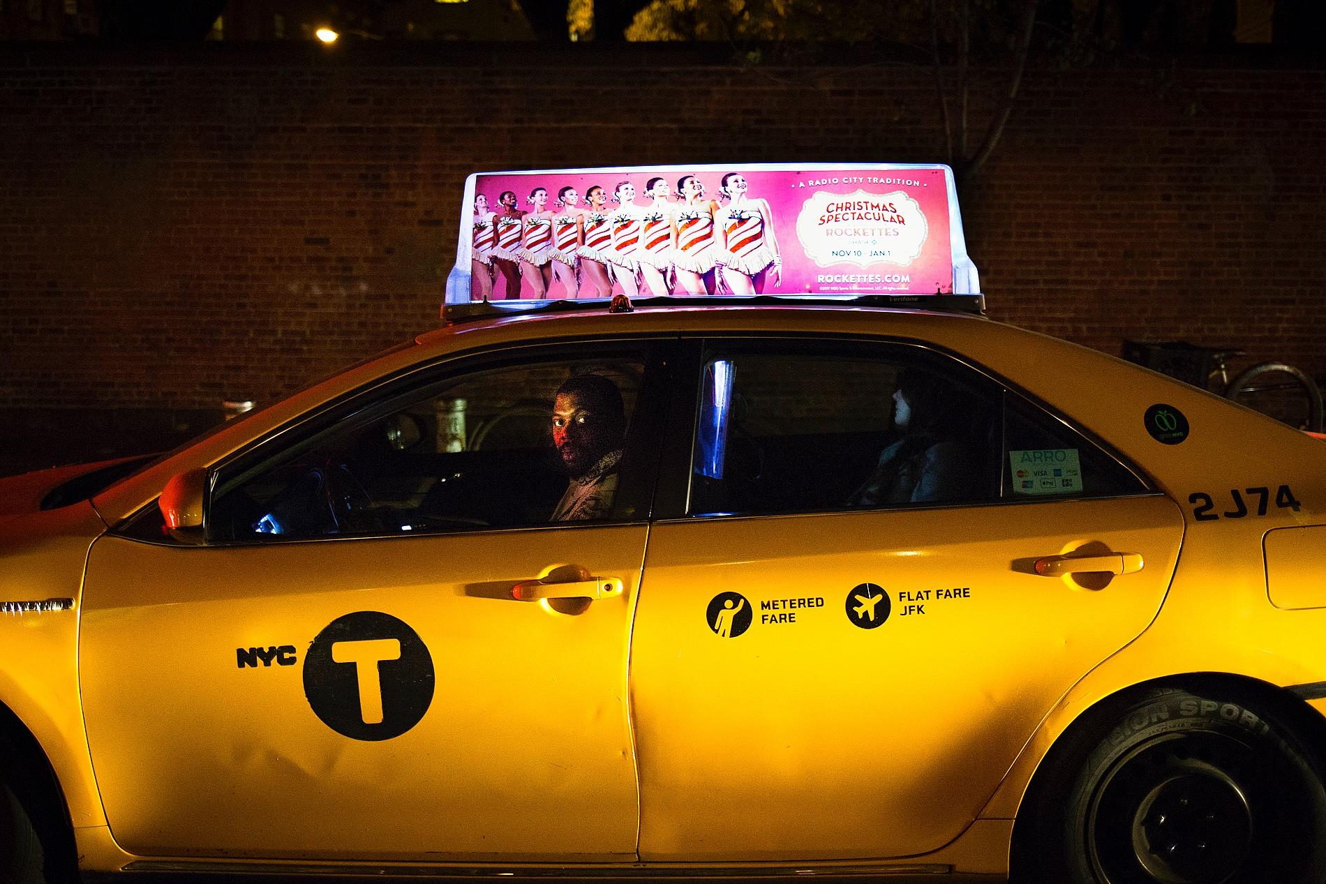 gelbes Taxi New York bei Nacht